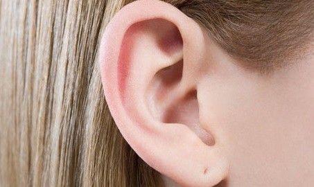 Viermi extraşi din urechea unui pacient aflat într-un centru medico-social