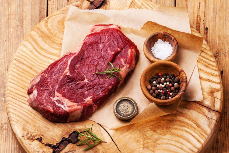Carnea rosie poate cauza cancer. Cata avem voie sa mancam pentru a nu ne imbolnavi?